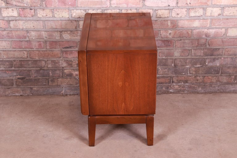 Mid-Century Modern Sculpted Walnut Diamond Front Nightstand by United, 1960s For Sale 8