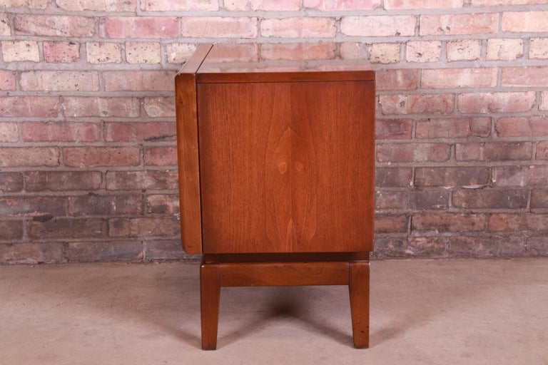 Mid-Century Modern Sculpted Walnut Diamond Front Nightstand by United, 1960s For Sale 9