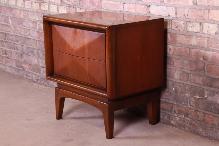 Mid-Century Modern Sculpted Walnut Diamond Front Nightstand by United, 1960s In Good Condition For Sale In South Bend, IN