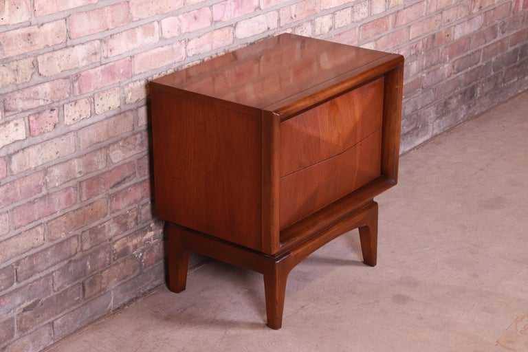 Mid-Century Modern Sculpted Walnut Diamond Front Nightstand by United, 1960s For Sale 1