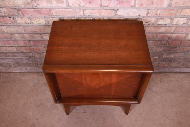 Mid-Century Modern Sculpted Walnut Diamond Front Nightstand by United, 1960s For Sale 2
