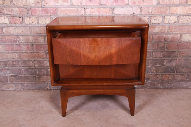 Mid-Century Modern Sculpted Walnut Diamond Front Nightstand by United, 1960s For Sale 3