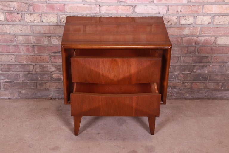 Mid-Century Modern Sculpted Walnut Diamond Front Nightstand by United, 1960s For Sale 4