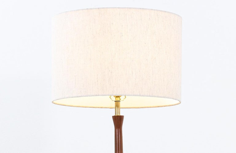 Mid-Century Modern Sculpted Walnut Floor Lamp with Side Table by Laurel In Excellent Condition For Sale In Los Angeles, CA