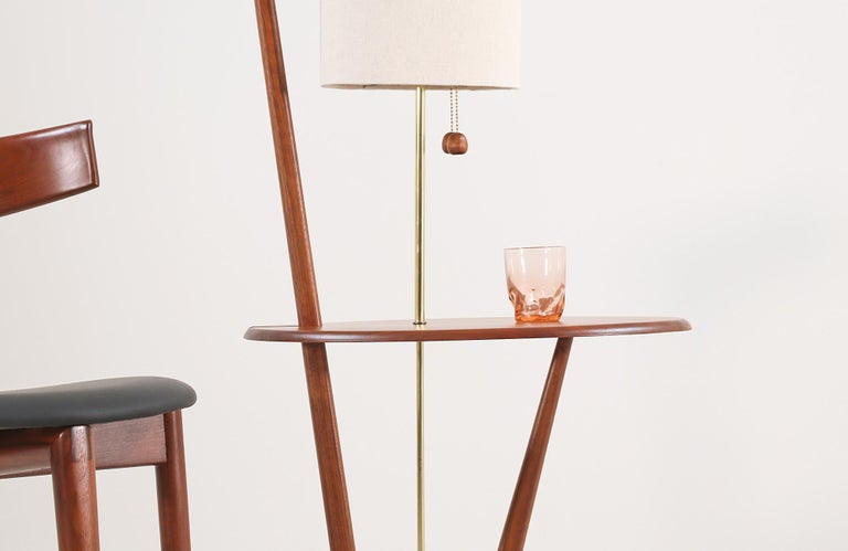 Mid-Century Modern Sculpted Walnut Floor Lamp with Side Table For Sale 4