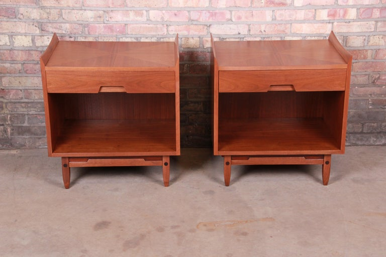 Mid-Century Modern Sculpted Walnut Nightstands by Bethlehem Furniture, Restored In Good Condition For Sale In South Bend, IN