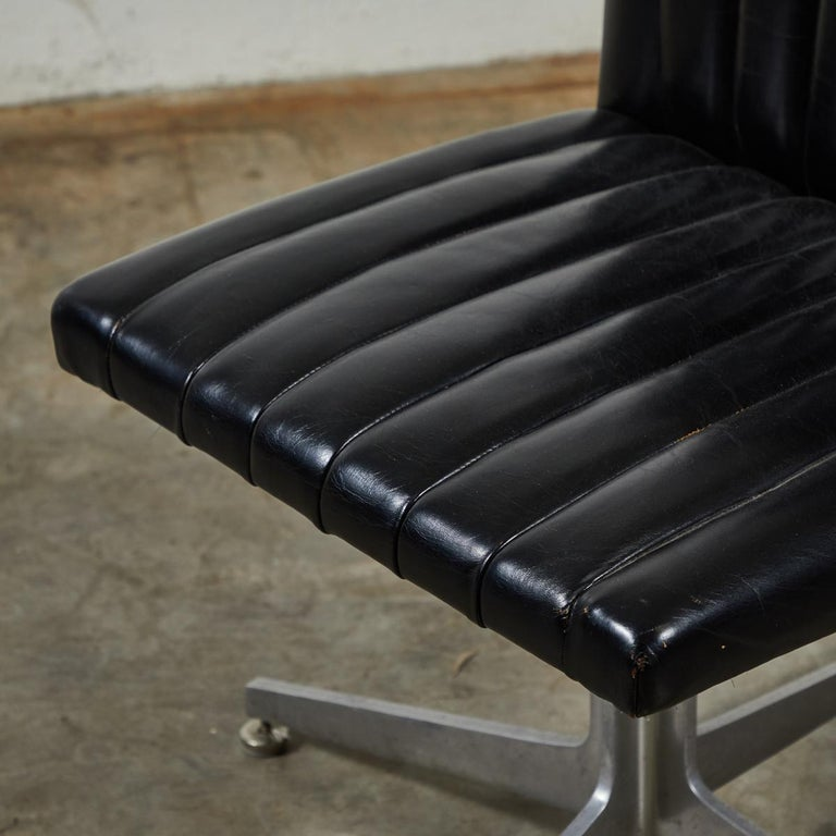 Mid-Century Modern Set of Four Swivel Chairs by Eames for Herman Miller For Sale 1
