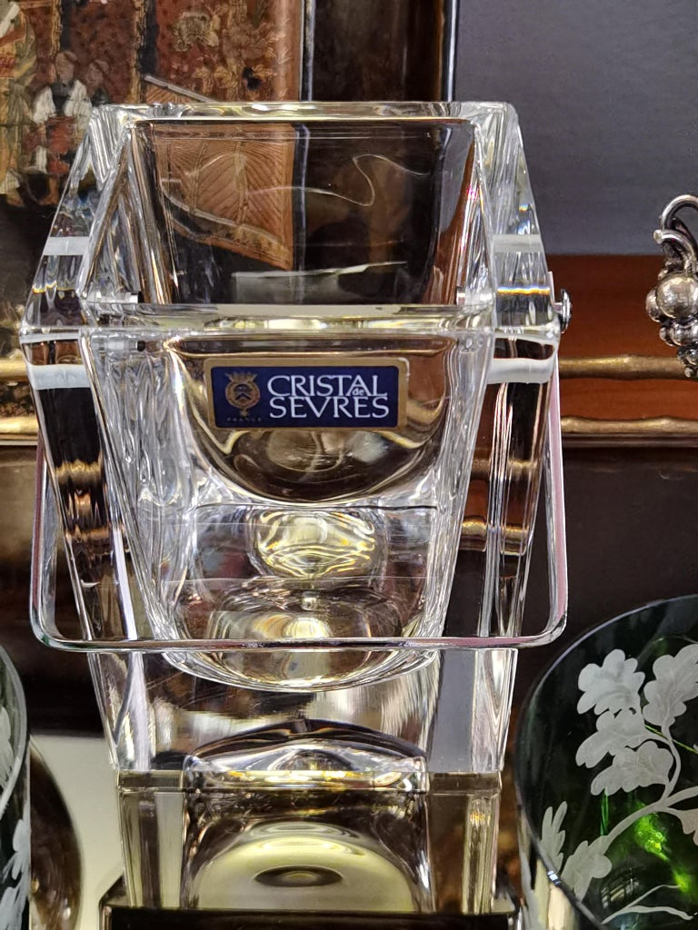 French mid-20th century modern small crystal ice cube bucket in clear crystal. Handle silver plated stamped in the bottom Sèvres France. Like new.