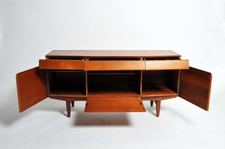 Mid-Century Modern Sideboard In Good Condition For Sale In Chicago, IL