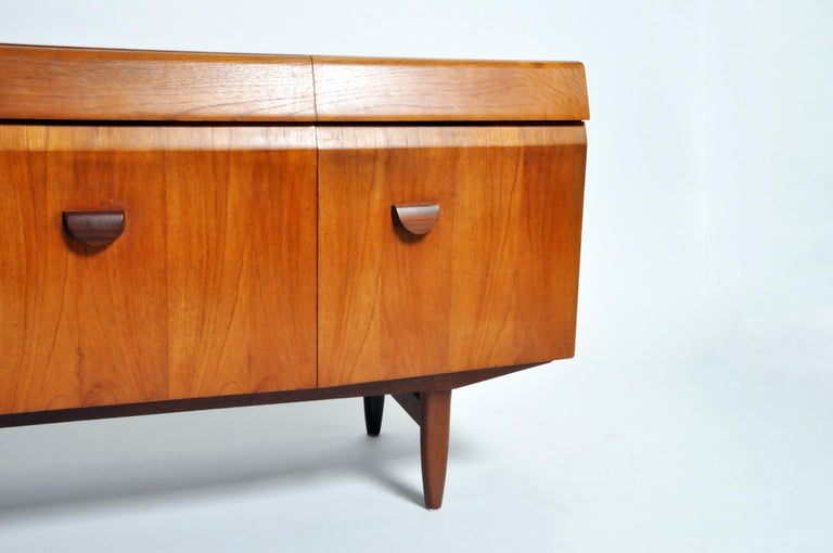 Mid-Century Modern Sideboard For Sale 3