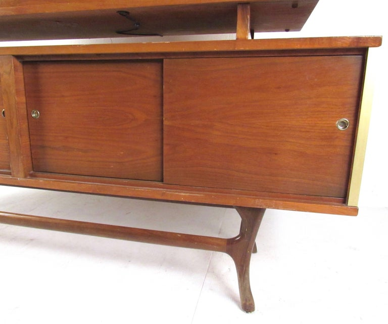 Mid-Century Modern Sideboard with Dry Bar For Sale 1