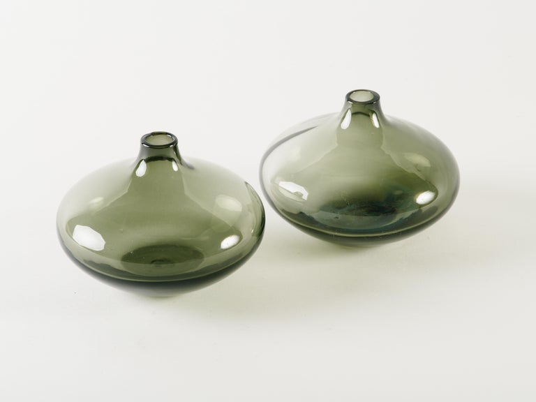 Mid-Century Modern Smoked Grey Glass Teardrop Bud Vase In Good Condition For Sale In Fort Lauderdale, FL