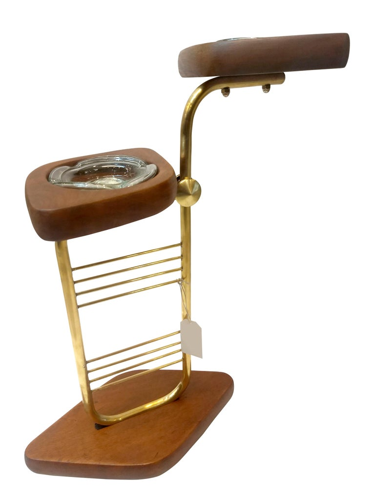 Beautiful Mid-Century Modern standing set of two ashtrays made in mahogany wood in natural finish and polished brass structure made in Mexico circa 1960. Ideal for cigar smokers, a club or for a conversation smoking piece. The mahogany wood has been
