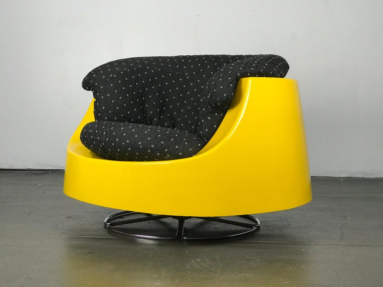 Mid-Century Modern Space Age Mid Century Swivel Lounge Chair in Fiberglass and Chrome by Selig For Sale