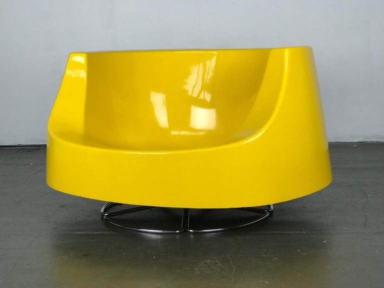 Space Age Mid Century Swivel Lounge Chair in Fiberglass and Chrome by Selig In Good Condition For Sale In Framingham, MA
