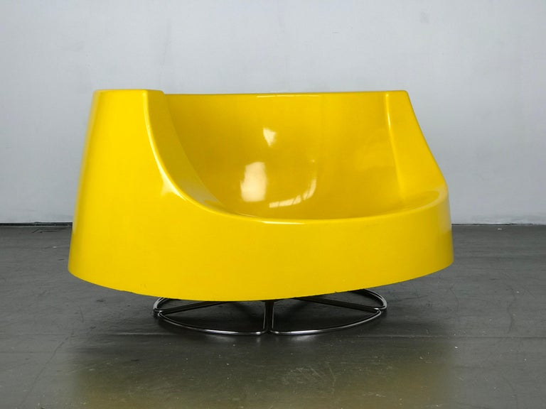 Late 20th Century Space Age Mid Century Swivel Lounge Chair in Fiberglass and Chrome by Selig For Sale
