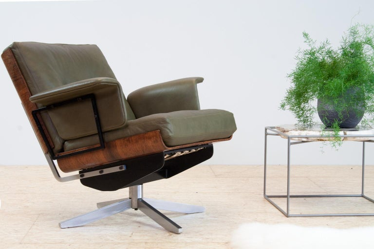 Mid-Century Modern swivel lounge chair, completely restored and re-upholstered, Germany, 1950s. The chair has strong similarities with the iconic lounge chair designs of Ray and Charles Eames or with the Giroflex desk chair by Martin Stoll, yet the