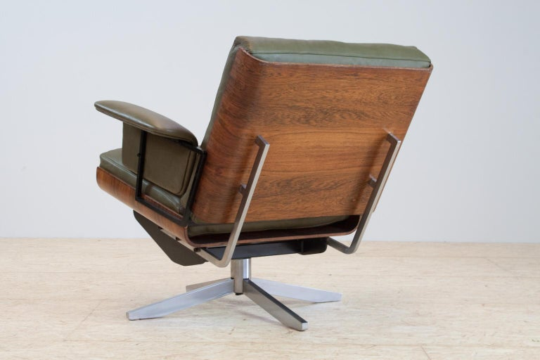 Oiled Mid-Century Modern Swivel Lounge Chair in Green Leather and Bent Wood, 1960s For Sale