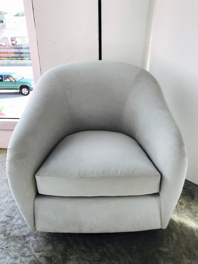 Mid-Century Modern Swivel Lounge Chair in Grey Suede, 1970s In Excellent Condition For Sale In Miami, FL