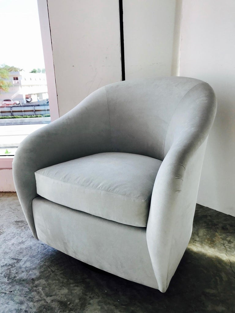 Hollywood Regency Mid-Century Modern Swivel Lounge Chair in Grey Velvet by Milo Baughman, 1970s For Sale