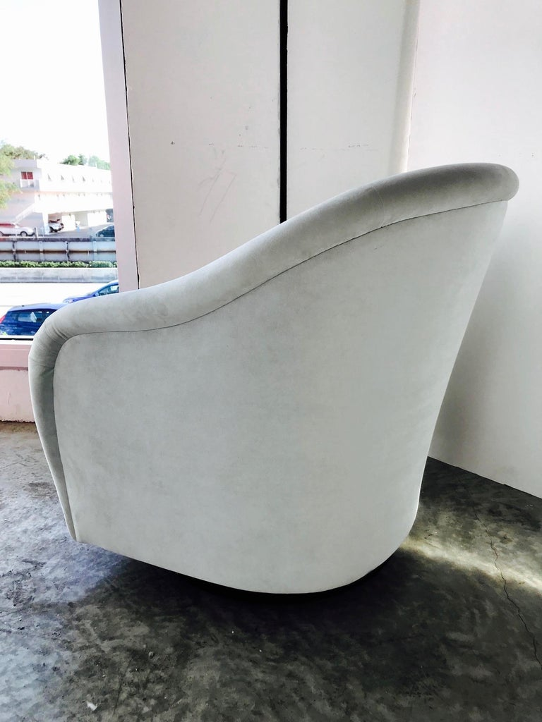 American Mid-Century Modern Swivel Lounge Chair in Grey Velvet by Milo Baughman, 1970s For Sale