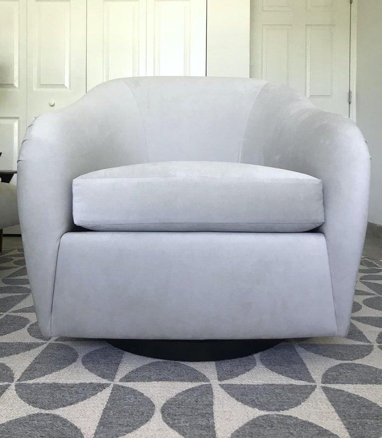 Ebonized Mid-Century Modern Swivel Lounge Chair in Grey Velvet by Milo Baughman, 1970s For Sale