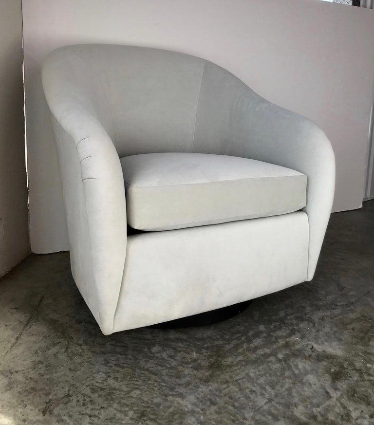 Mid-Century Modern Swivel Lounge Chair in Grey Velvet by Milo Baughman, 1970s In Excellent Condition For Sale In Miami, FL