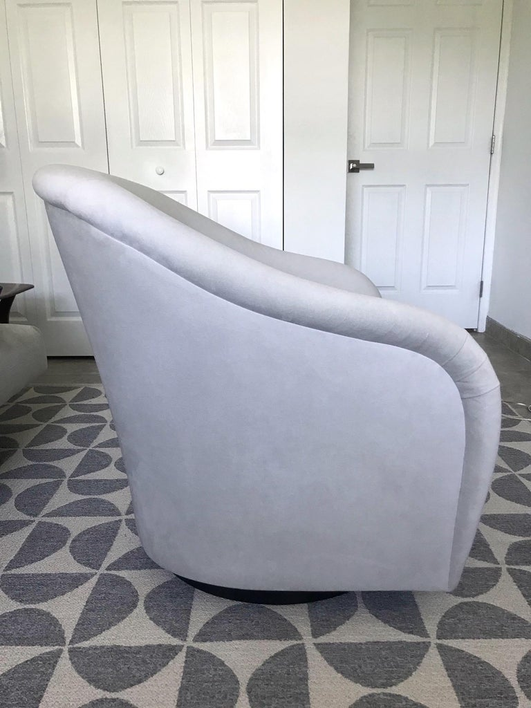 Late 20th Century Mid-Century Modern Swivel Lounge Chair in Grey Velvet by Milo Baughman, 1970s For Sale