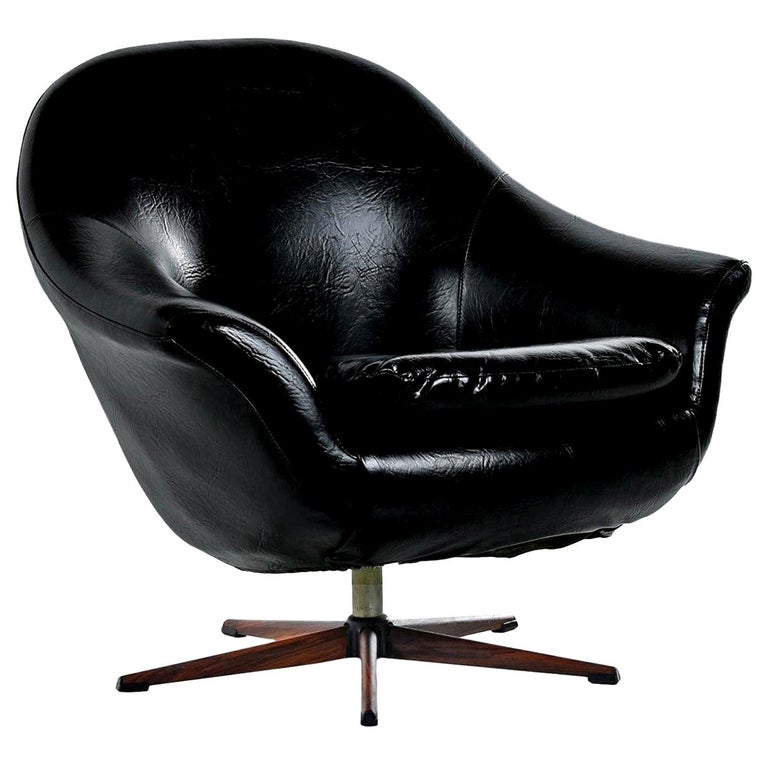 Iconic retro chair, black vinyl, five-star base. Similar to Swedish producer Overman pod chair. Use it as an armchair in the living room or as your desk chair. This vintage chair has more padding than the original pod chairs by Scandinavian Overman.