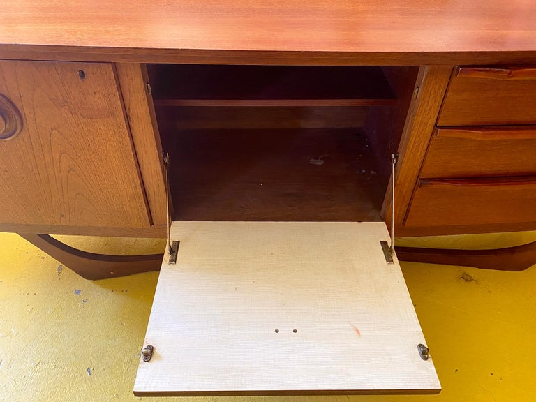 Mid-Century Modern Teak Credenza In Good Condition For Sale In Mount Pleasant, SC