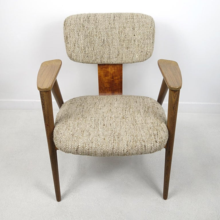 Elegance and beauty arre the words that describe this chair best. It was designed by Cees Braakman for the famous Dutch Pastoe label. The chair has a frame of teak wood and has been reupholstered by us.