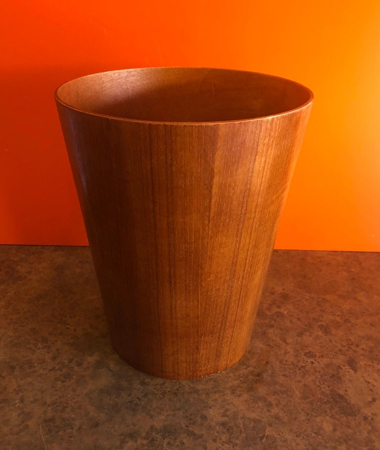 A beautiful Mid-Century Modern Scandinavian teak waste paper basket by Martin Aberg for Servex House of Rainbow Wood Products, circa 1960s. The piece is made in Sweden and in very good vintage condition. The waste basket is 12
