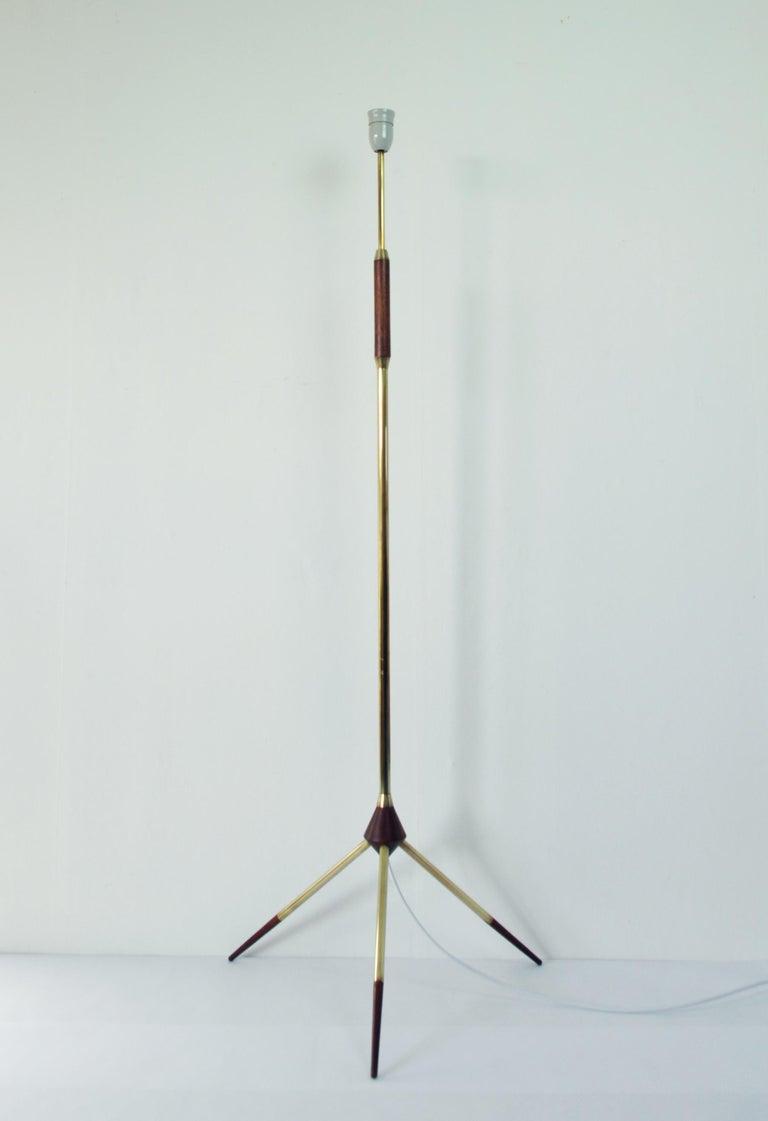 Mid-Century Modern Tripod Floor Lamp in Brass and Teak In Good Condition For Sale In Vordingborg, DK