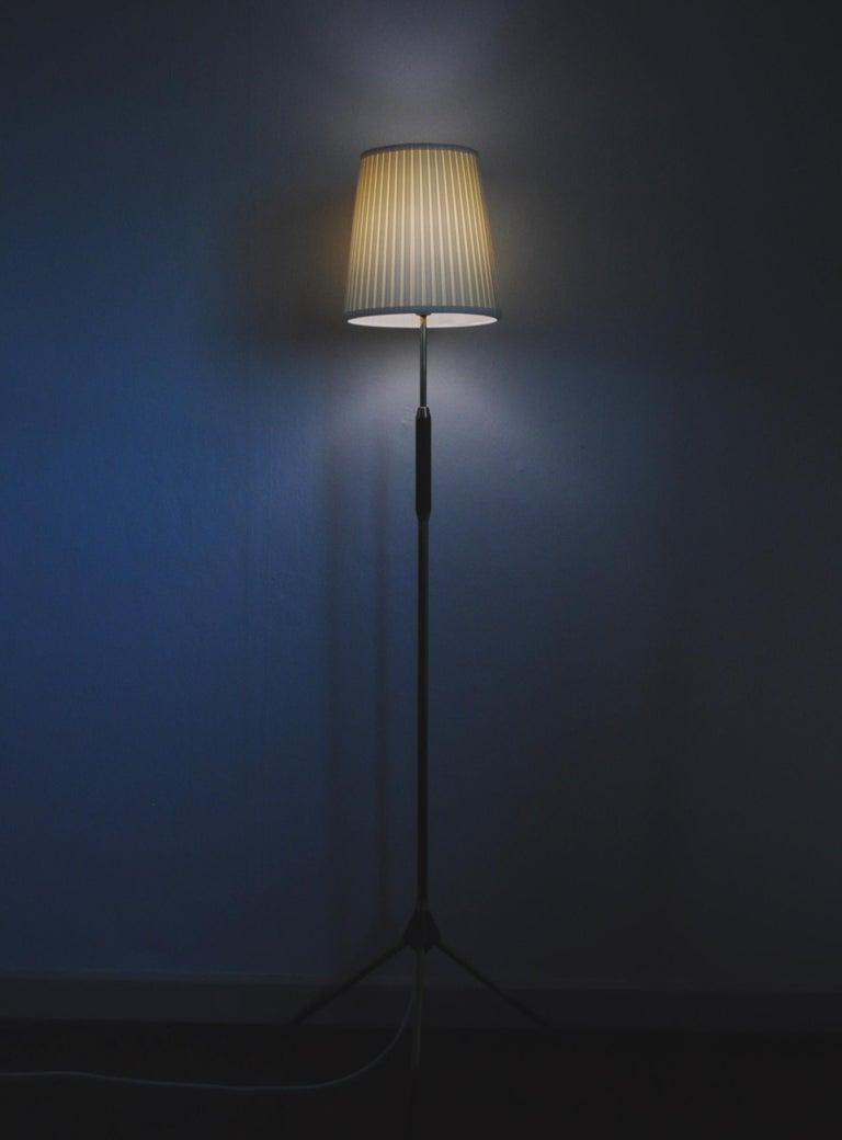 Mid-Century Modern Tripod Floor Lamp in Brass and Teak For Sale 2