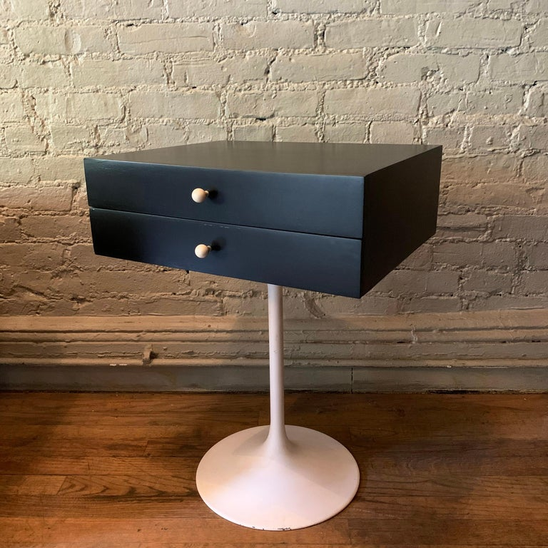 Mid-Century Modern Tulip Side Table Nightstand In Good Condition For Sale In Brooklyn, NY