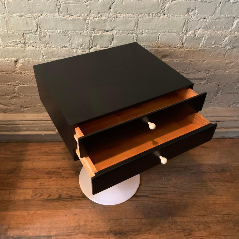 Mid-Century Modern Tulip Side Table Nightstand For Sale 1