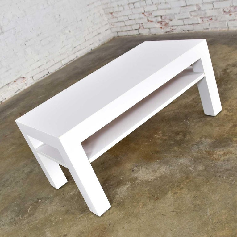 Mid-Century Modern Two-Tiered White Laminate Parson's Style Coffee or End Table In Good Condition For Sale In Topeka, KS