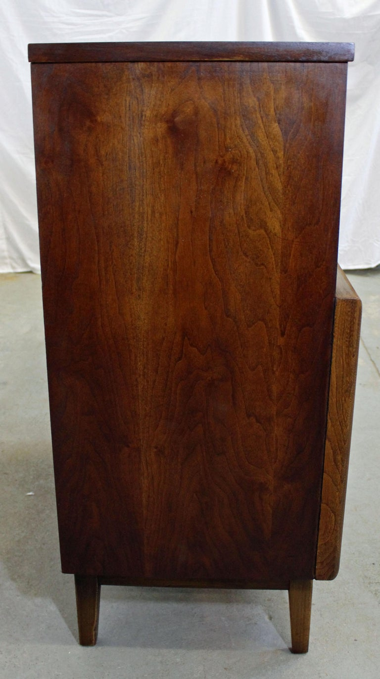 Mid-Century Modern United Diamond Front Walnut Tall Chest Dresser In Good Condition For Sale In Wilmington, DE