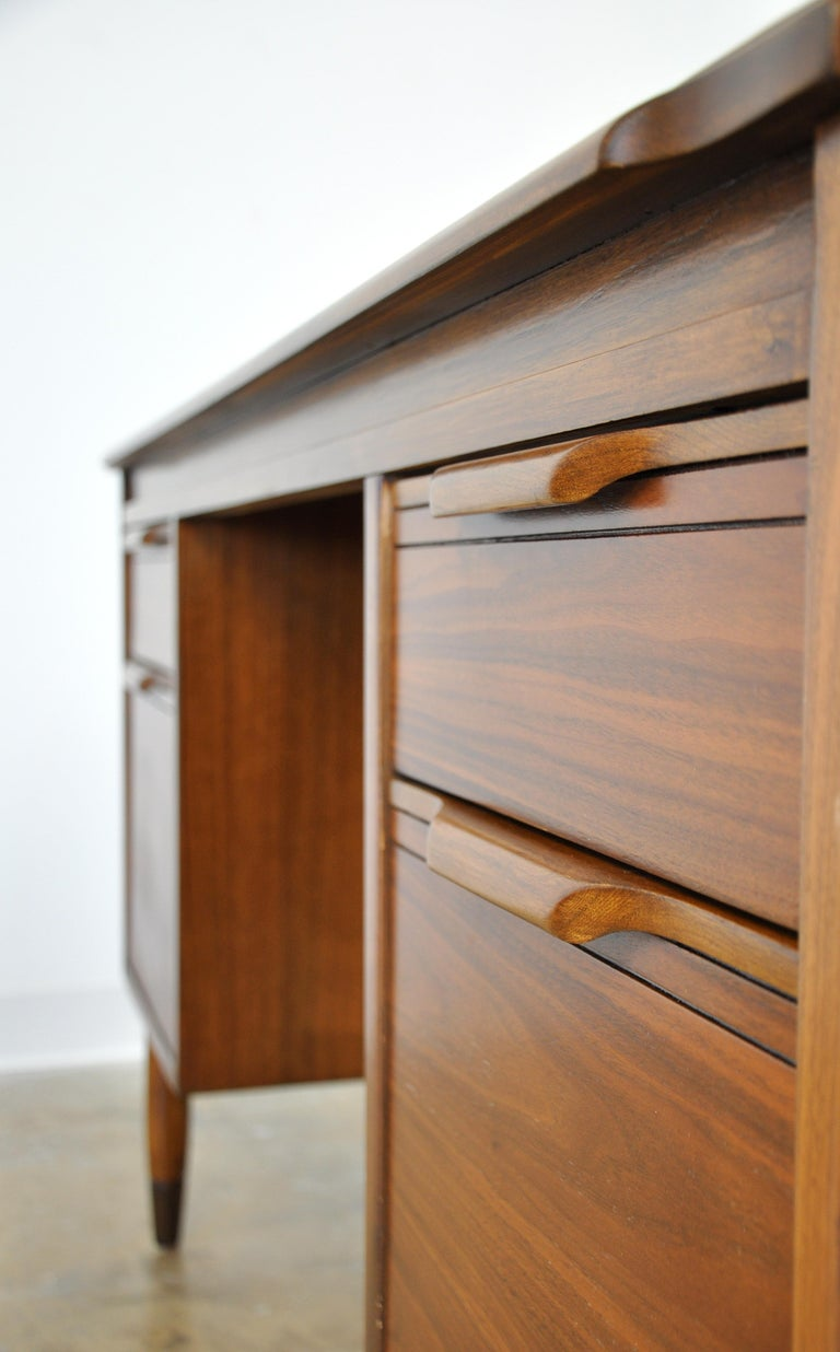 Mid-Century Modern Walnut Boomerang Desk For Sale 10