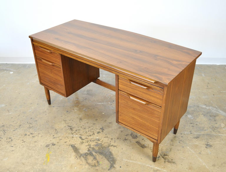 Mid-Century Modern Walnut Boomerang Desk In Good Condition For Sale In Miami, FL