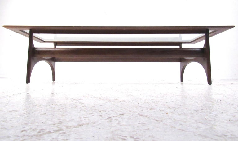 Mid-Century Modern Walnut Coffee Table by Lane For Sale 4