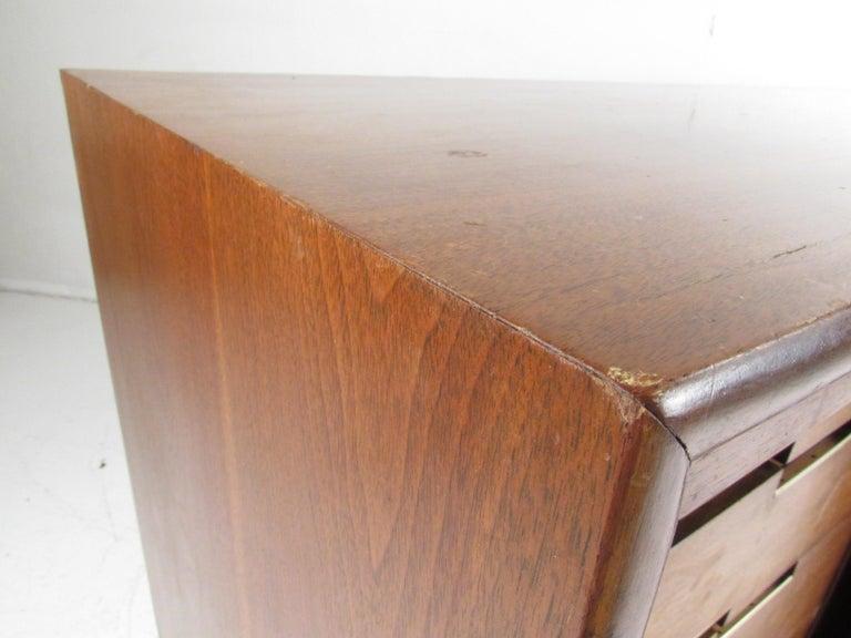 Mid-Century Modern Walnut Credenza by Cavalier Furniture For Sale 5