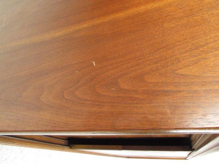 Mid-Century Modern Walnut Credenza by Cavalier Furniture For Sale 6