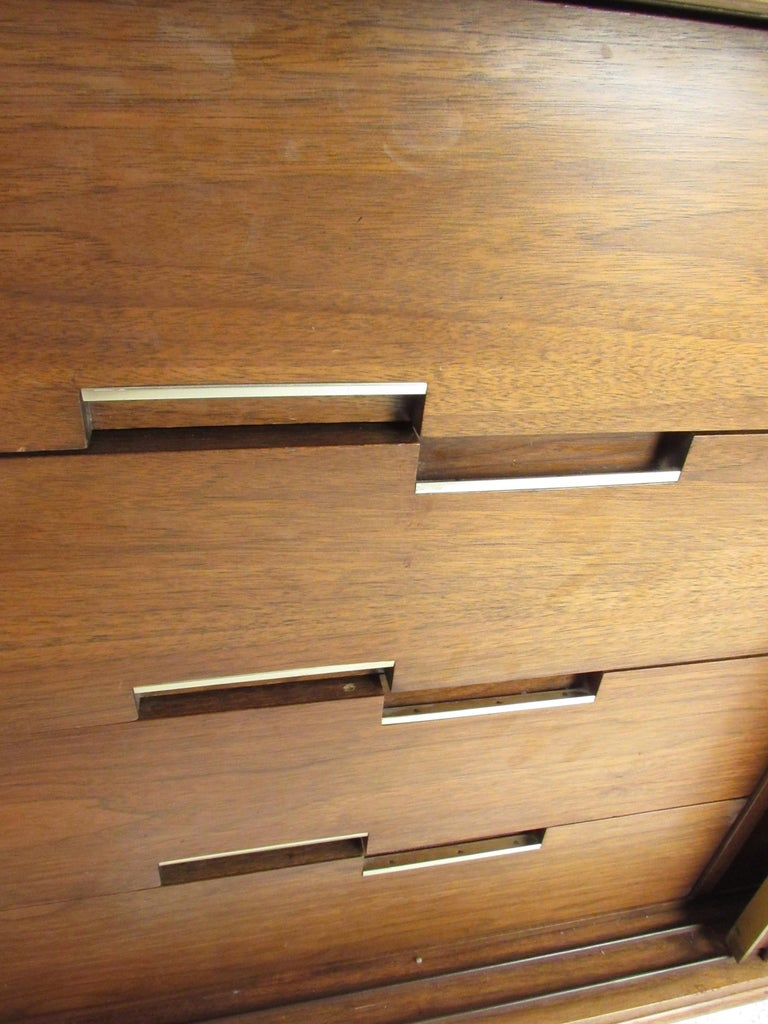 Mid-Century Modern Walnut Credenza by Cavalier Furniture For Sale 7