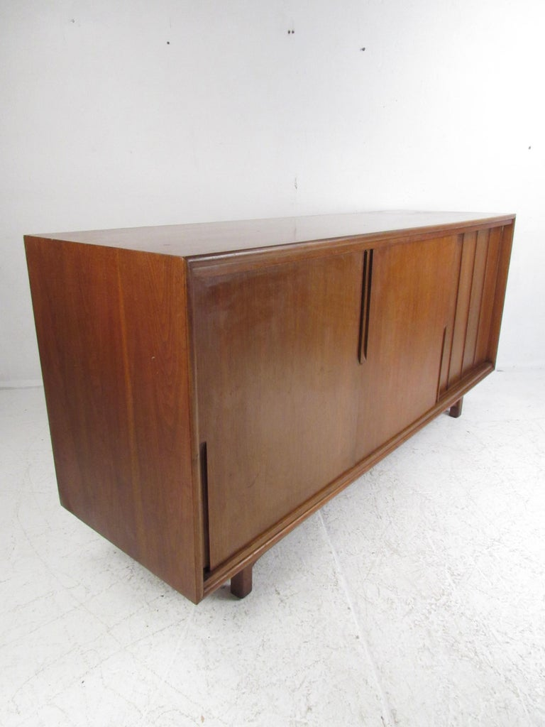 Mid-Century Modern Walnut Credenza by Cavalier Furniture In Good Condition For Sale In Brooklyn, NY