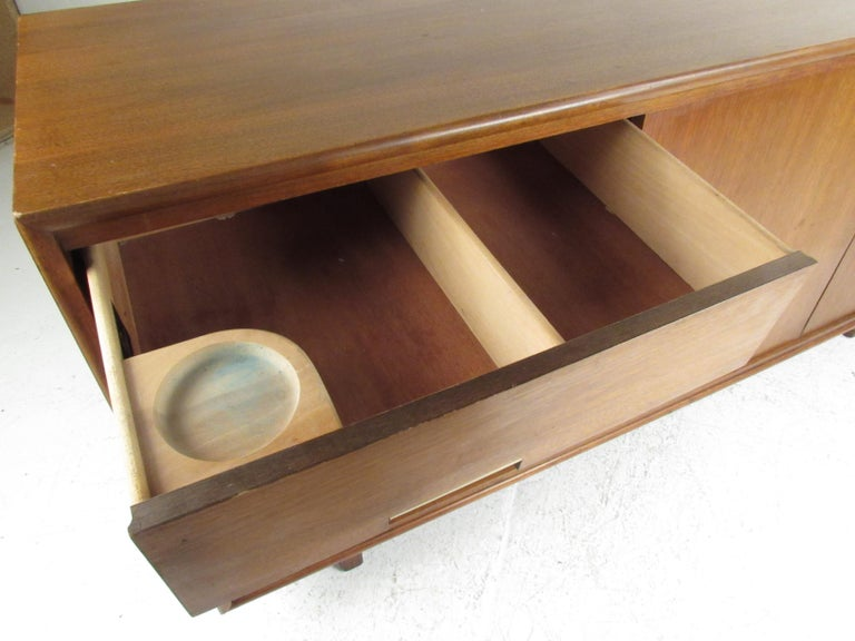 Mid-Century Modern Walnut Credenza by Cavalier Furniture For Sale 4