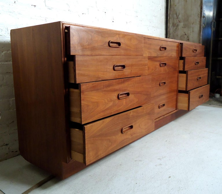 Mid-Century Modern Walnut Credenza In Good Condition For Sale In Brooklyn, NY