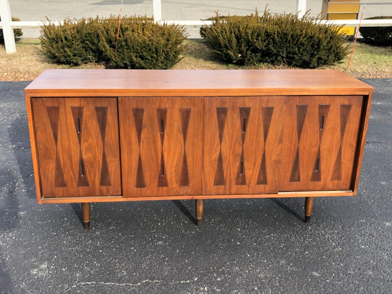 Mid-Century Modern Walnut Credenza In Good Condition For Sale In Redding, CT