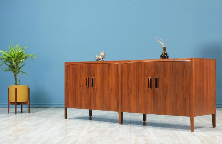 Mid-Century Modern Walnut Credenza In Excellent Condition In Los Angeles, CA