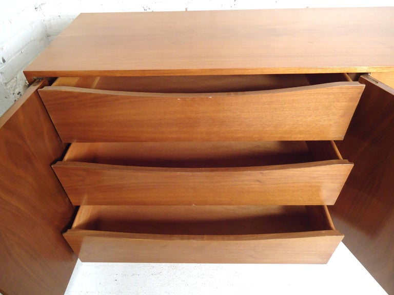 Mid-Century Modern Walnut Credenza For Sale 1
